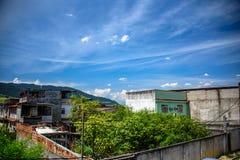 Mening van huizen, bergen en de bouw van baksteenkrottenwijken in Bangu-buurt, de het Westenstreek van Rio de Janeiro stock foto