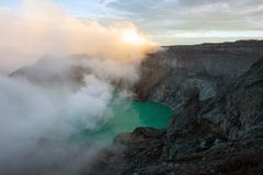Mening van Ijen-Krater, zwaveldamp in Kawah Ijen, Vocalno in Indenesia royalty-vrije stock foto