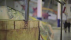 Mening van ijzeromheining in skatepark Graffiti op springplank competition uitdaging wedstrijd stock videobeelden