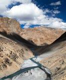 Mening van Indisch Himalayagebergte - berg en riviervallei Stock Foto