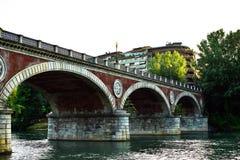 Mening van Isabella Bridge in detail met zijn ornamenten en beeldhouwwerken bij zonsondergang en met een totaal duidelijke hemel Stock Fotografie