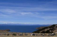 Mening van Isla del Sol op het Titicaca-meer en de bergen, Bolivië Stock Afbeeldingen