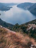 Mening van Italiaans Alpien Meer en de dichtbijgelegen Bergen, het meer Sho stock foto