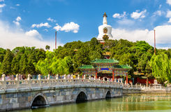 Mening van Jade Island met Witte Pagode in Beihai-Park - Peking Stock Foto's