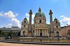 Mening van Karlskirche in de stad van Wenen Stock Foto