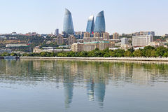 Mening van Kaspische Overzees op de wolkenkrabbers van Vlamtorens in Baku Stock Foto