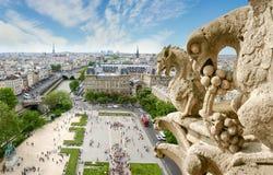 Mening van Kathedraal Notre-Dame met gargouilles op de voorgrond royalty-vrije stock afbeelding