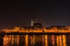 Mening van Kathedraal van Maagdenburg en de rivier Elbe bij nacht met Stock Foto