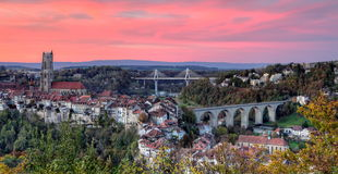 Mening van kathedraal, van Poya en Zaehringen-brug, Royalty-vrije Stock Foto's