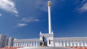Mening van Kazakh Eli Monument timelapse hyperlapse op Onafhankelijkheidsvierkant in Astana, de hoofdstad van Kazachstan stock video