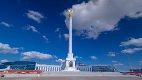 Mening van Kazakh Eli Monument timelapse hyperlapse op Onafhankelijkheidsvierkant in Astana, de hoofdstad van Kazachstan stock videobeelden
