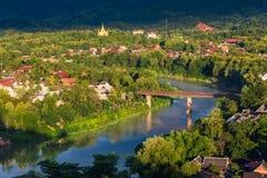 Mening van Khan River in Luang Prabang, Laos met zijn omringend c stock fotografie