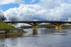 Mening van Kirovsky-brug over Zapadnaya Dvina in de lente, Vi Stock Foto