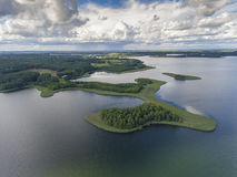 Mening van kleine eilanden op het meer in distri van Masuria en Podlasie- Royalty-vrije Stock Foto