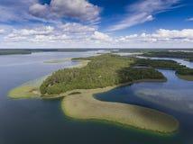 Mening van kleine eilanden op het meer in distri van Masuria en Podlasie- Stock Fotografie