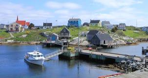 Mening van Kleurrijke gebouwen bij Peggys-Inham, Nova Scotia 4K stock videobeelden