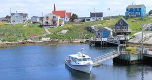 Mening van kleurrijke gebouwen bij Peggys-Inham in Nova Scotia 4K stock video