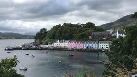 Mening van kleurrijke gebouwen in Portree, Eiland van Skye, Schotland stock video
