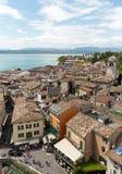 Mening van kleurrijke oude gebouwen in Sirmione en Meer Garda van Scaliger-kasteelmuur, Stock Afbeeldingen