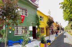 Mening van kleurrijke oude huizen in de straten van Kadikoy, Istanboel royalty-vrije stock afbeeldingen