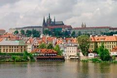 Mening van kleurrijke oude stad, het kasteel en St Vitus Cathedral van Praag Royalty-vrije Stock Foto