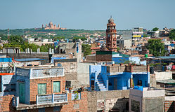 Mening van klokketoren en het paleis van Umaid Bhawan in Jodhpur Stock Fotografie