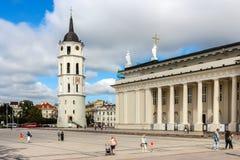 Mening van klokketoren en Kathedraalbasiliek van St Stanislaus en St Vladislaus royalty-vrije stock foto's
