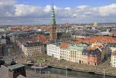 Mening van Kopenhagen van de toren van Christiansborg-paleis stock foto's