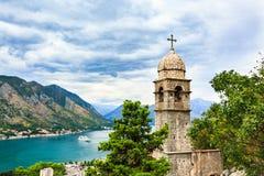 Mening van Kotor-stad, Kerk van Onze Dame van Remedie, Middellandse Zee en berglandschap in Baai van Kotor, Montenegr Stock Foto's
