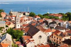 Mening van Kroatische stad Omis de stad in royalty-vrije stock afbeelding