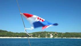 Mening van Kroatische vlag van zeilboot op Adriatische overzees in Kroatië stock videobeelden
