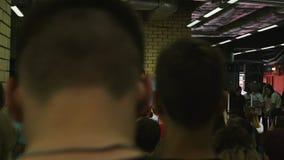 Mening van Laatste Publieksrij bij Spreker het Spreken tegen de Schermen stock footage
