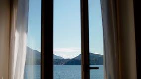 Mening van Lago Maggiore door het openen van venster stock footage