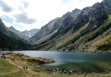 Mening van lak van Gaube in de bergen van de Pyreneeën stock foto