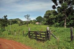Mening van landbouwbedrijfgateway opzij een landelijke weg dichtbij de stad van Joanopolis Royalty-vrije Stock Fotografie