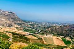 Mening van landbouwbedrijven en het Middellandse-Zeegebied van Segesta stock foto's
