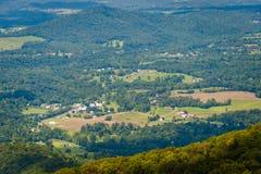 Mening van landbouwbedrijven en huizen in de Shenandoah-Vallei, van Horizon stock foto's