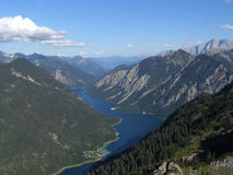 Mening van lang bergmeer in vallei Royalty-vrije Stock Afbeelding