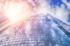 Mening van lang wolkenkrabber en commercieel centrum bij de zomerdag Royalty-vrije Stock Foto