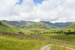 Mening van Langdale-het District Cumbria van het Valleimeer op gang aan Blea de Tarn van kampeerterrein stock foto