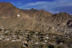 Mening van Leh-stad, het kapitaal van Ladakh, Noordelijk India De Lehstad wordt gevestigd in het Indische Himalayagebergte bij ee Stock Afbeelding