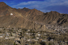 Mening van Leh-stad, het kapitaal van Ladakh, Noordelijk India De Lehstad wordt gevestigd in het Indische Himalayagebergte bij ee Royalty-vrije Stock Fotografie