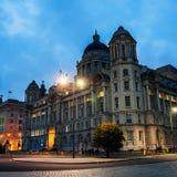 Mening van Liverpool, het UK verlichte oude gebouwen bij nacht stock afbeeldingen