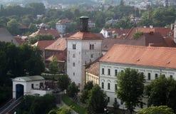Mening van Lotrscak-Toren, versterkte die toren in oud deel van Zagreb wordt gevestigd Stock Foto's