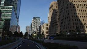 Mening van Lower Manhattanhorizon zoals die van Hudson River Greenway Bike Trail wordt gezien stock video