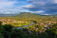 Mening van Luang Prabang en Nam Khan-rivier in Laos met mooi stock foto's