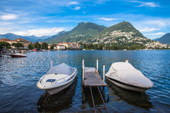 Mening van Lugano meer en de berg in Locarno-stad Stock Foto's