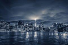 Mening van Manhattan bij nacht Stock Afbeelding