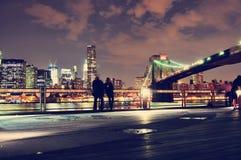 Mening van Manhattan en van Brooklyn brug bij nacht Stock Afbeelding