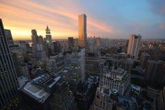 Mening van Manhattan Van de binnenstad bij Zonsondergang Royalty-vrije Stock Foto's